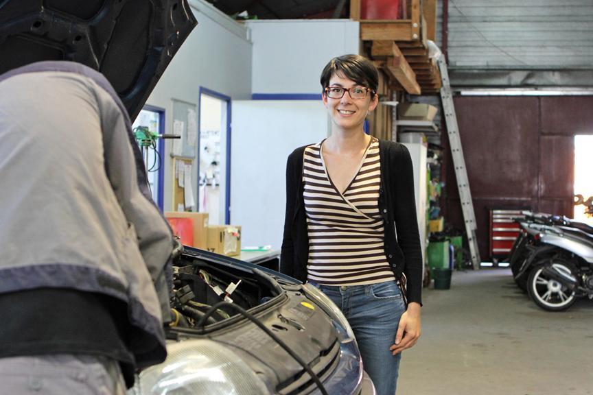 Julie Colineau chargée de développement, dans les locaux du garage chantier Méca, partenaire de la PRAM à Niort