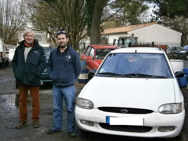 Daniel RAMAT donateur et Anthony Delavaud, mécanicien du garage partenaire de La Rochelle devant le véhicule donné